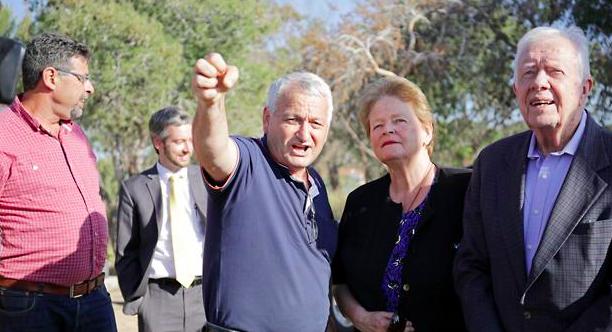 Gro Harlem Brundtland & Jimmy Carter visit a kibbutz next to the Gaza border.
