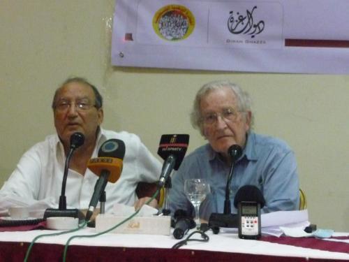 Professor Noam Chomsky (r.) and Dr. Eyad El-Sarraj (l.)